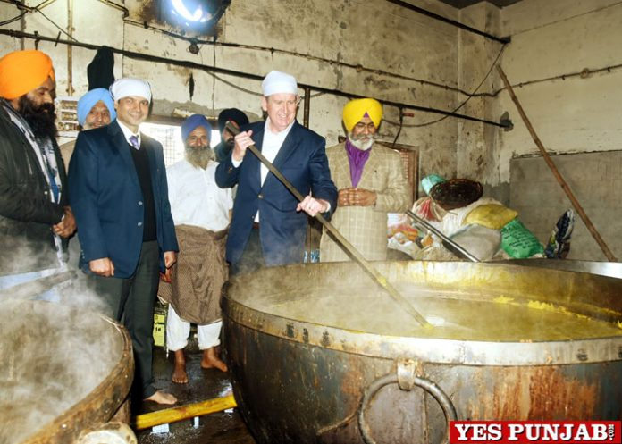 Barry O Farrell Australian High Commissioner at Sachkhand