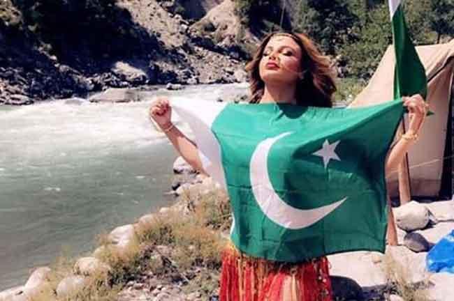 Rakhi Sawant with Pakistan Flag
