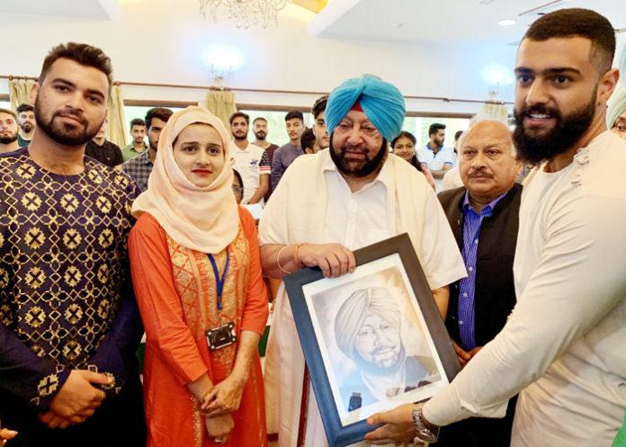 Amarinder hosts Kashmiri students at Eid 1