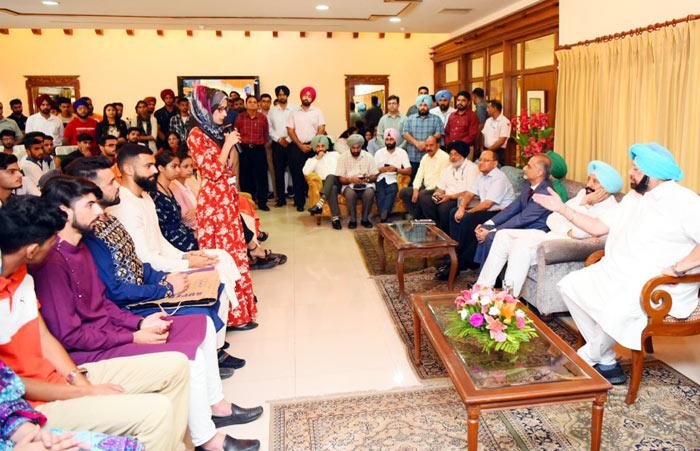 Amarinder hosts Kashmiri students at Eid 2