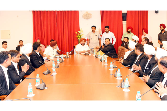 Atul Nanda hands over cheque to Amarinder