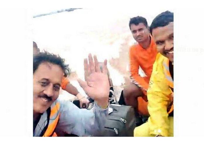 Girish Mahajan selfie