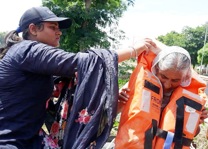 Mobile Boat Teams save old lady from flood