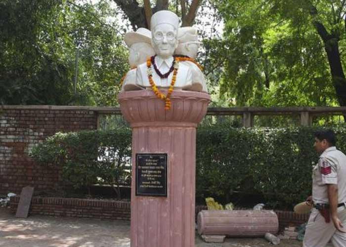 Savarkar Bose Bhagat Singh DU busts