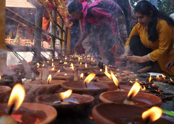 Devotees during Mela Kheer Bhawani