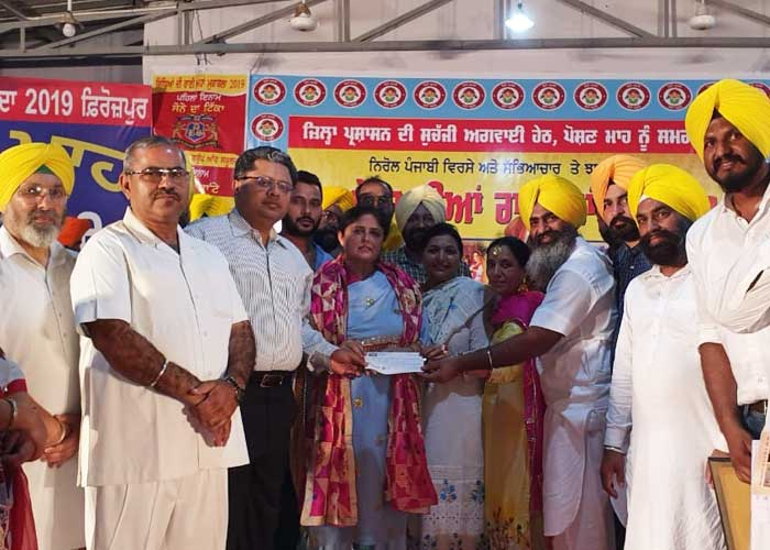 Inderjit Kaur Khosa giving cheque to society