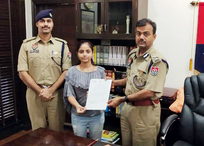 Ludhiana Police honours girl fought bravely with Phone Snatcher