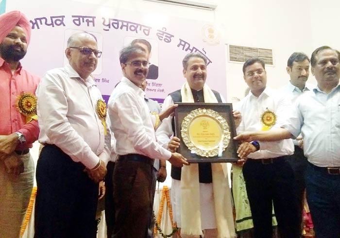 Singla honored teachers with State Award 1