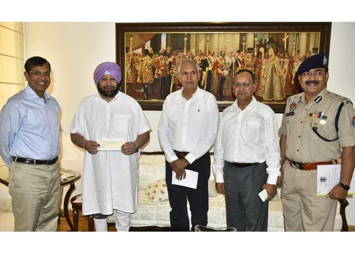 Dinkar Gupta gives cheque to Amarinder