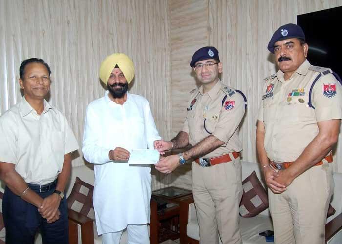 Parminder Pinki giving cheque to IGP SSP Ferozepur