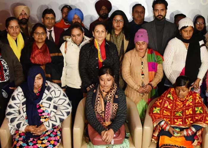 Aruna Chaudhary with acid attack survivors