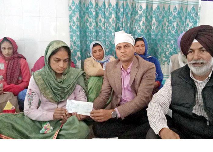 Punjab Govt hands over cheque Sukhjinder wife