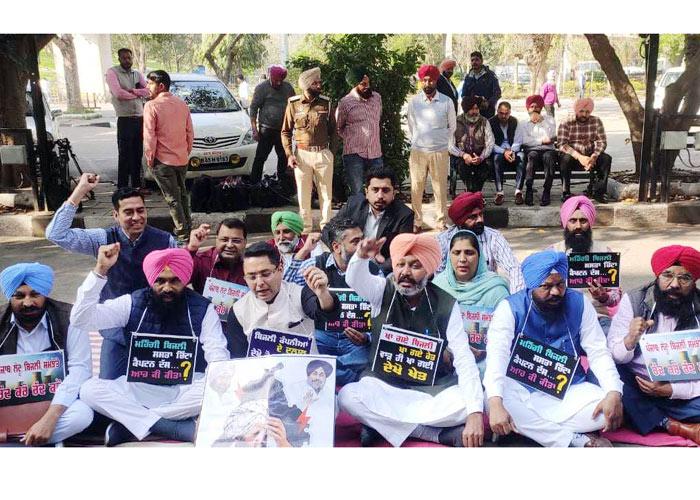 AAP protest against Badal Capt