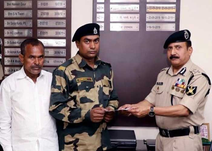 BSF giving cheque to Mohammad Aness