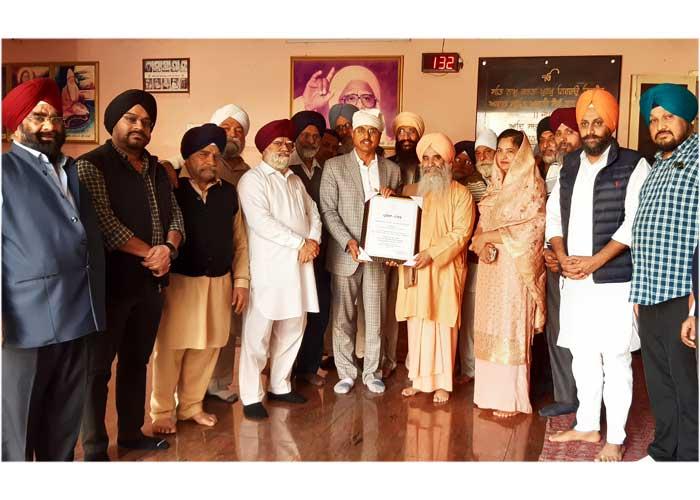 Varinder Sharma felicitates Swami Shanta Nand