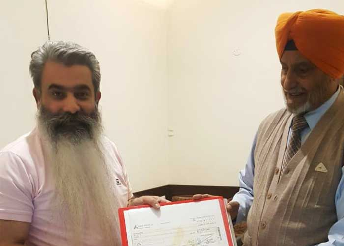 Mohinder Singh giving cheque to Ashu