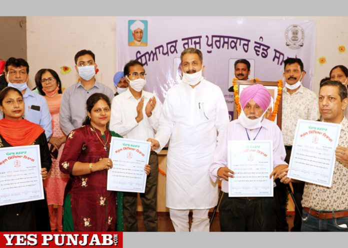 Singla confers State Level Awards