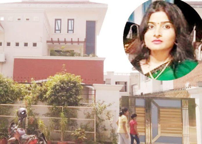 Pushpa Devi wife DIG Chandra Prakash UP 1