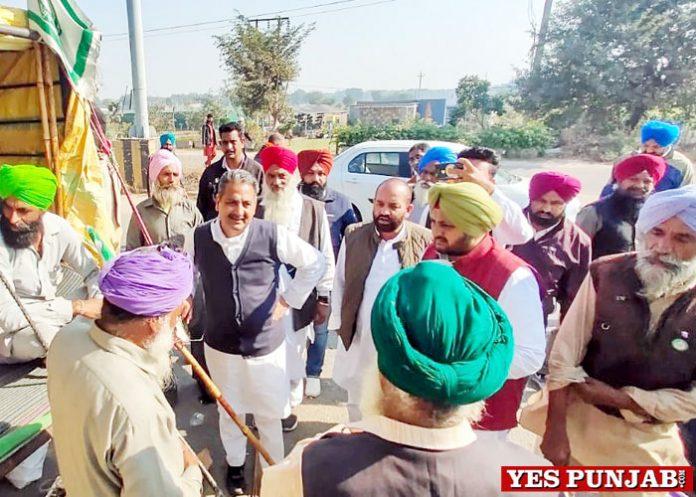 Singla shows solidarity farmers Haryana Delhi border