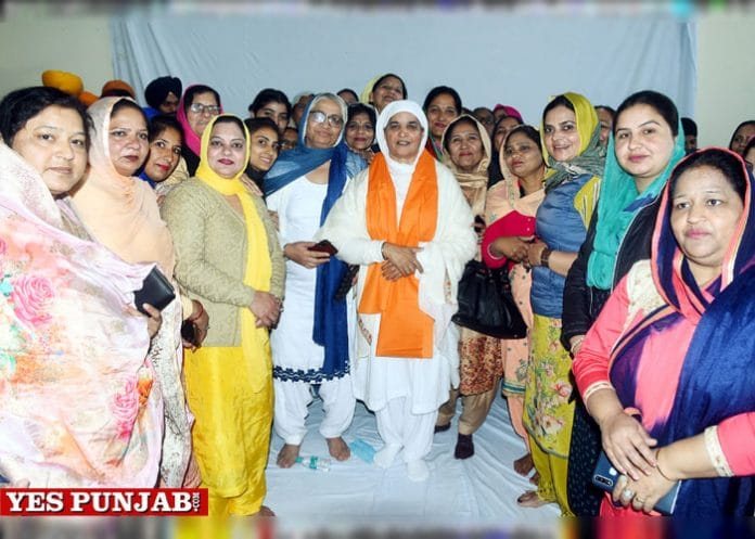 Bibi Jagir Kaur with SGPC members