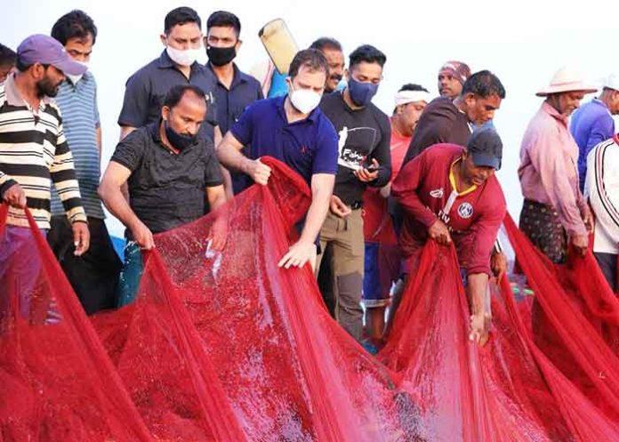 Rahul Gandhi with fishers in Kollam