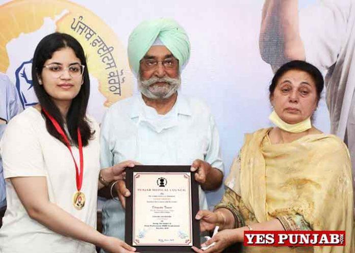 Dr Dhruvika Tewari get Gurmej Singh Gill Memorial Gold Medal