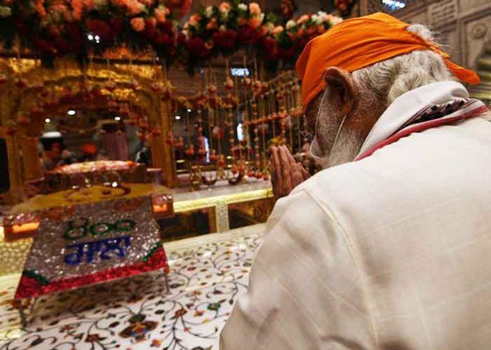 Modi offers prayers at Sis Ganj Sahib