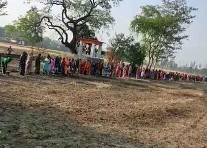 Women offer prayers to Corona Mai