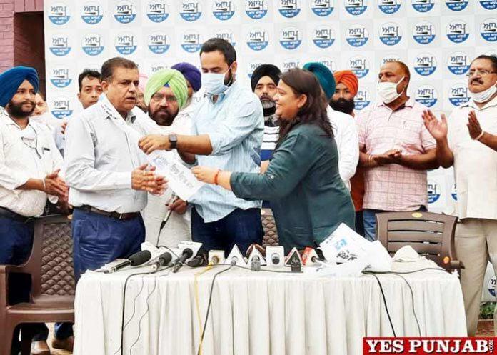 BJP leader Praveen Chhabra joins AAP