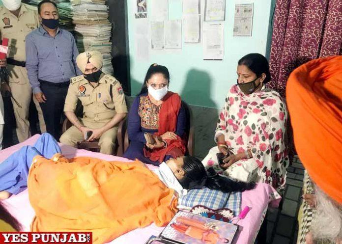 Manisha Gulati meets victim of alleged Police torture