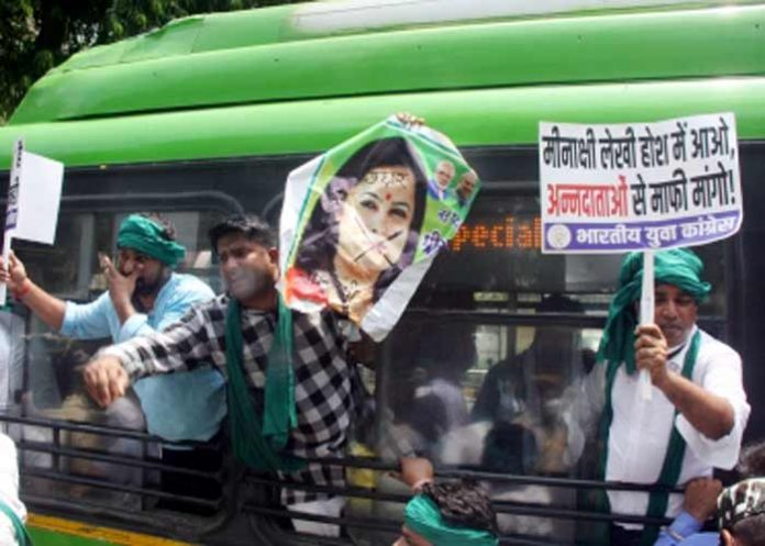 IYC protests against Meenakshi Lekhi