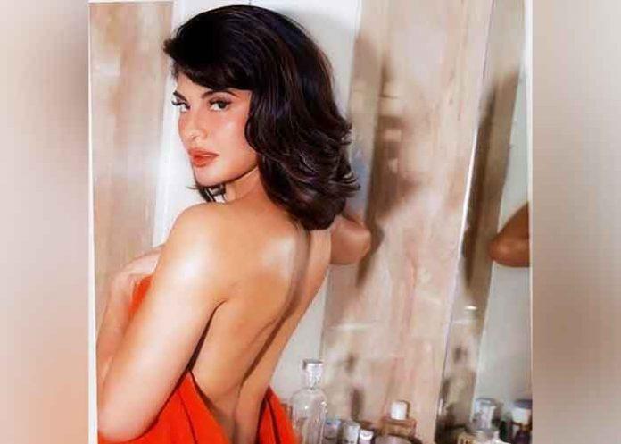 Jacqueline flaunts sexy back