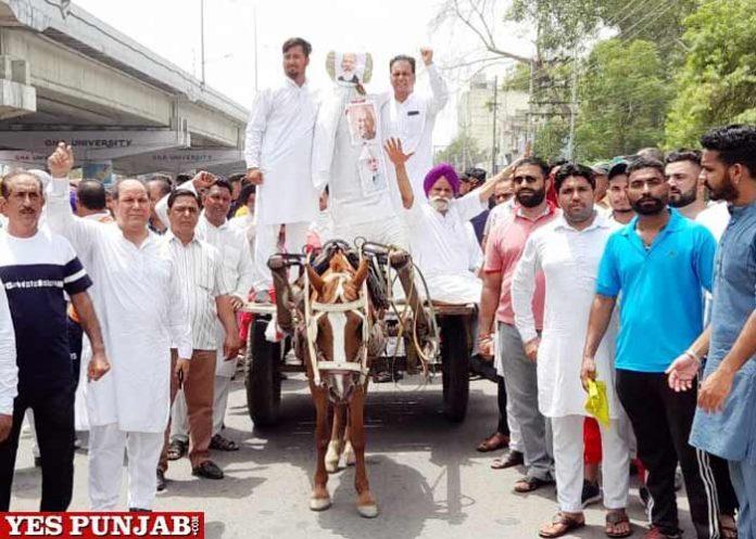 Joginder Mann Congress drive cart to protest