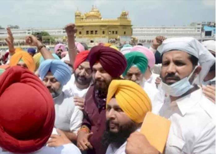 Navjot Sidhu pay obeisance at Golden Temple