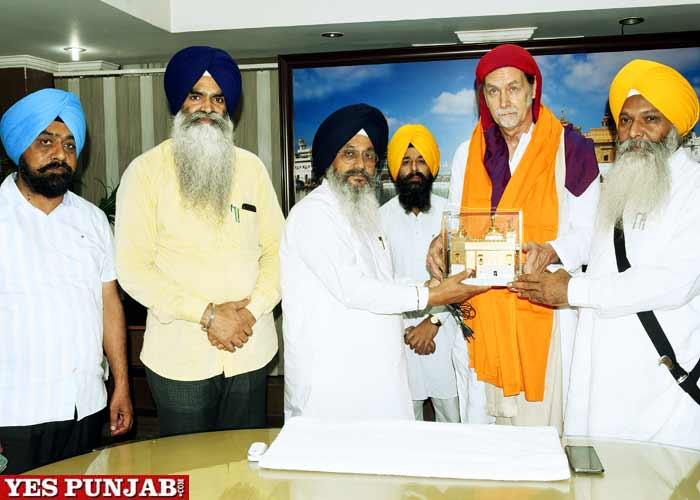 Walter J Lindner pays obeisance at Sri Harmandar Sahib