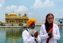 Walter Lindner pay obeisance at Golden Temple