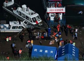 Boat overturns in China
