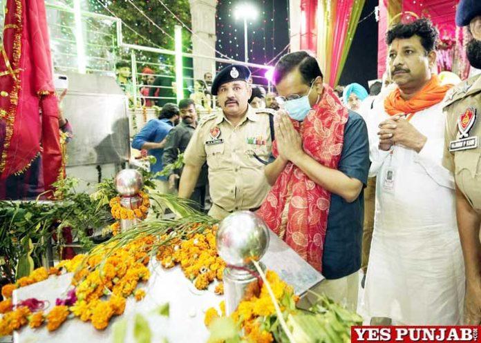 Kejriwal pays obeisance at Devi Talab Temple Jalandhar