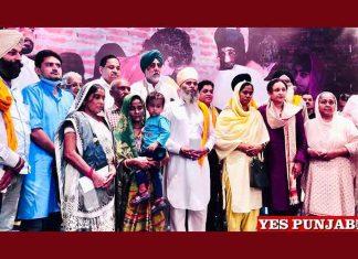 Randeep Nabha giving Cheque to families of Lakhimpur
